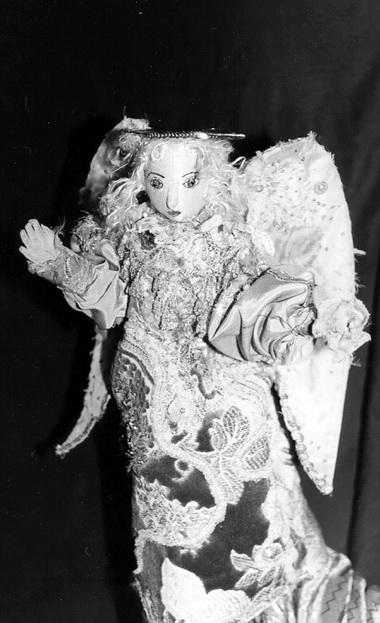 Спектакль М.Азизян: кукла Св.Мария, финальный апофеоз, кукла Ангел. Фото из Музея А.Ахматовой