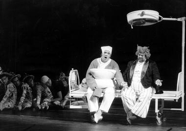 С.Гайдай (Принц) и В.Войнаровский (Труффальдино). «Любовь к трем апельсинам». Фото М.Меробова
