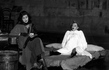 А.Рееман (Полли), П.Калда (Люси). Фото из архива театра