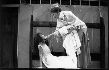 И.Брике (Тереза Ракен), В.Артмане (Мать). Фото из архива театра