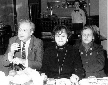 В.И.Стржельчик, В.И.Ковель и Д.М.Шварц в ресторане БДТ. 1980-е годы. Фото из архива БДТ.