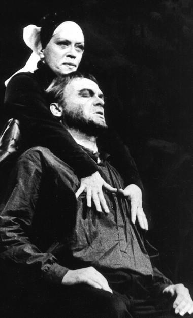 А.Фрейндлих (Леди Макбет), Г.Богачев (Макбет). «Макбет». АБДТ.  Фото Б.Стукалова