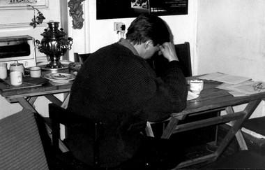 Ю.Бутусов вредакции  «Петербургского театрального журнала». Работа над анкетой. Фото изархива редакции