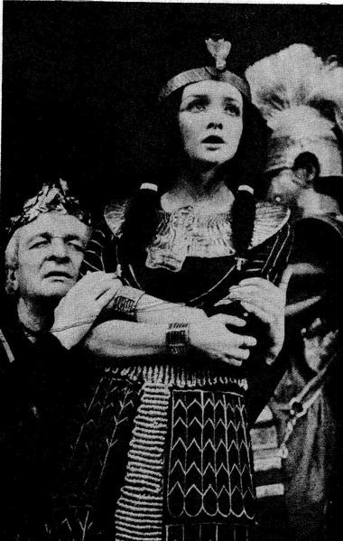 С.Ландграф (Цезарь) и Т.Кузнецова (Клеопатра). Фото Ф.Титова