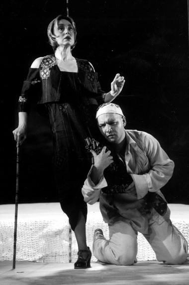Е.Шанина (Наталья Петровна), М.Суханов (Шпигельский). «Двеженщины». Театр«Ленком». Фото В. Баженова