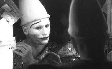 Станислав Варкки накладывает грим белого клоуна.