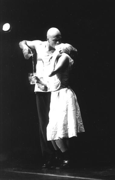 Сцена изспектакля «Кася иЛариса сосвоими тараканами». Фото изархива автора