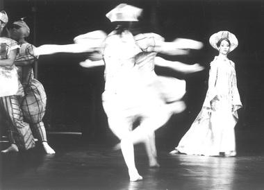 Сцены из спектакля. Фото В.Луговского