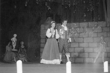 И.Рабежко (Барбарина), В.Башкиров (Фигаро). Фото изархива театра