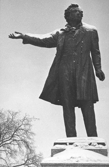 «Пушкин показывает нанас рукой, апотом вподворотню направо— ивход начерную лестницу»,— так объясняли мыгостям, как пройти вредакцию. Очень гордились тем, что Пушкин показывает внашу сторону