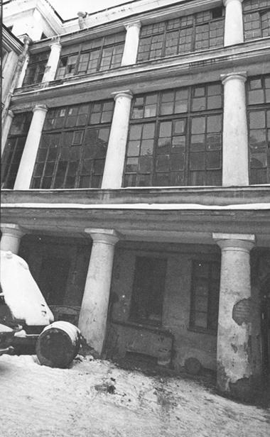 Мыпришли вэтот двор,  напл.Искусств, 5, зимой 1992г.  Окна нашего «чердака»— влевом верхнем углу. Там редакция жила  долета 1998, пока дом непошел  накапремонт.