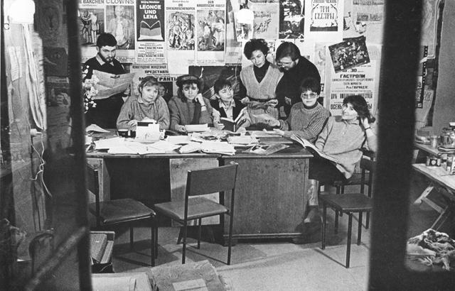 Мыдолго организовывали коллективный портрет редакции. Здесь почти все: Л.Попов, Е.Феофанова, И.Бойкова, М.Заболотняя, М.Корнакова, В.Дюжаев, Г.Ефимова, М.Дмитревская. Весна 1993г.