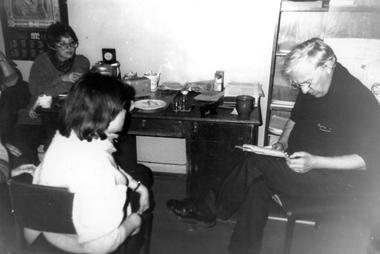 Зима 1992. Э.Кочергин читает нам один изпервых рукописных своих рассказов (его персональную рубрику «Рассказы бродячей собаки» мынепрекращали с № 0до № 30). Сначала записывали надиктофон, потом Кочергин вошел вовкус писательства