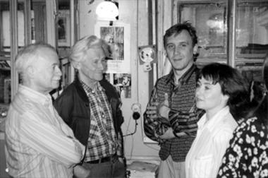 Аэто майский день1997г., когда Э.Нюганен (второй справа) подписал сБДТ договор напостановку спектакля «Аркадия», аМ.Дмитревская стала литературным консультантом проекта. Слева— Э. Кузнецов иМ.Китаев