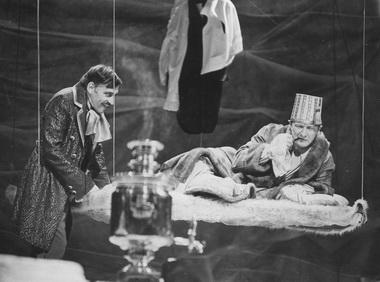 С. Зубенко (Кочкарев), С. Оленберг (Подколесин). «Женитьба». Пятый театр. Омск. Фото из архива театра