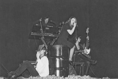 Сцена из спектакля «Эдит Пиаф». «Театр Пилигримов». Иркутск. Фото из архива театра