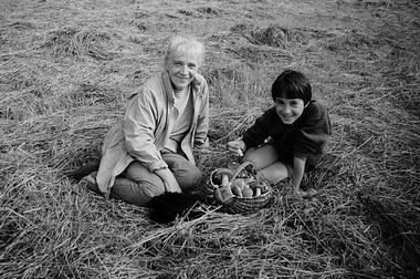Эту фотографию Наталья Анатольевна особенно любила. С внуком Мишей. Щелыково. Середина 1990-х.