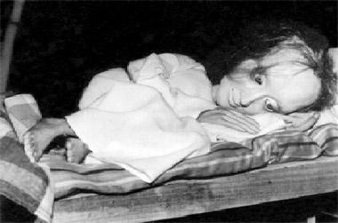 Сцена изспектакля «Ганнеле». Белорусскийгосударственныйтеатркукол(Минск). Фотоизбуклетафестиваля