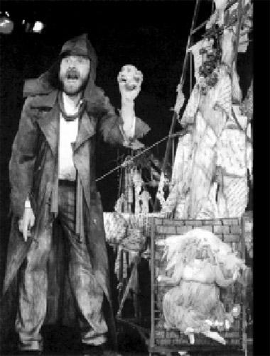 Сцена изспектакля «Бабель изКонармии». Омский государственный театр куклы, актера, маски «Арлекин». Фото избуклета фестиваля