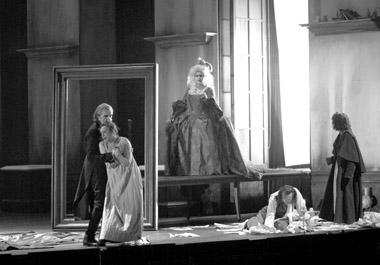 Сцены изспектакля «Сказки Гофмана». Фото изархива фестиваля