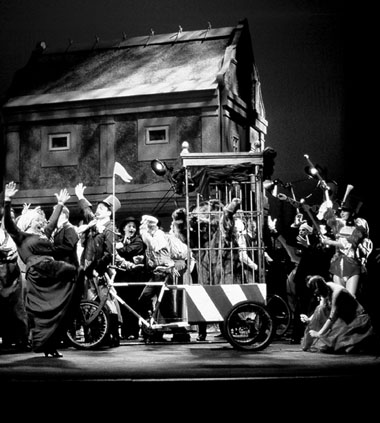 Сцена изспектакля «Проданная невеста». Фото изархива театра