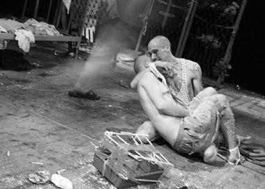 «Клаустрофобия».Сцена изспектакля. «Коляда-театр» и«Театрон»(Екатеринбург). ФотоВ.Луповского