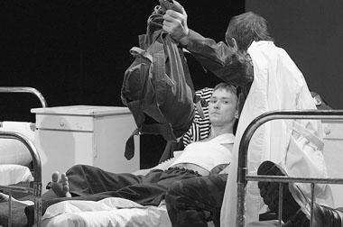 «Дембельский поезд».Сцена изспектакля. КазанскийТЮЗ. ФотоВ.Луповского