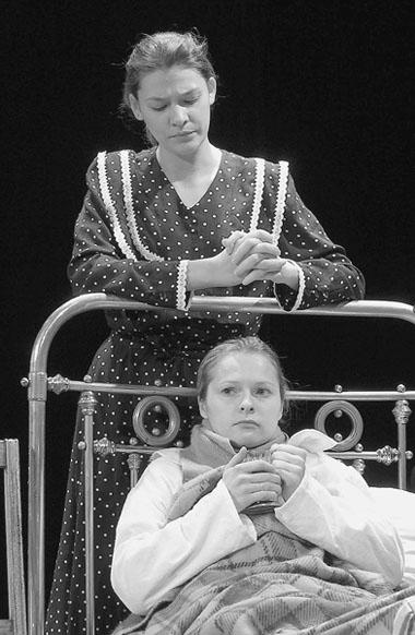 Е.Мартыненко(Надя), М.Семенова(Лида). ФотоВ.Архипова