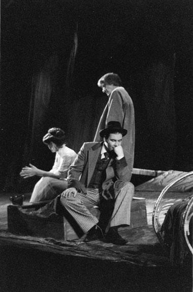 «Чудаки». Сцена изспектакля. Пятый театр (Омск). Фото изархива фестиваля