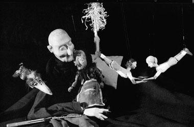 «Осень моей весны». Сцена изспектакля. Театр-студия Резо Габриадзе (Тбилиси, Грузия). Фото избуклета театра