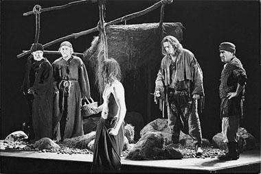 «Раб». Сцена изспектакля. Театр «Гешер» (Израиль). Фото изархива фестиваля