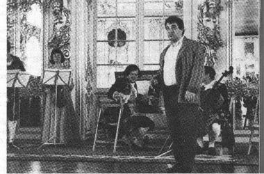 Михаил Хусид в интерьере Екатерининского дворца. Фото А.Колмыкова.