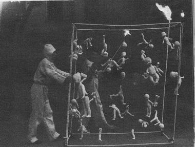 А.Могучий показывает «Пьесу Константина Треплева» вШереметевском саду. Июнь 1993г. Фото А. Даничева