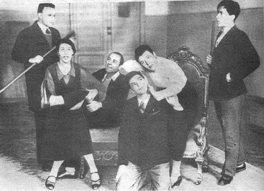 Репетиция студенческого спектакля «Смешные жеманницы» (вцентре А.Райкин). 1934г. Фото изархива музея СПГИТМиКа