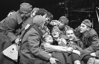 «Веселый солдат». Сцена изспектакля. АБДТим.Г.Товстоногова. ФотоВ.Постнова