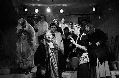 «Ревизор». Сцена из спектакля. «Коляда-театр» (Екатеринбург). Фото В. Пустовалова