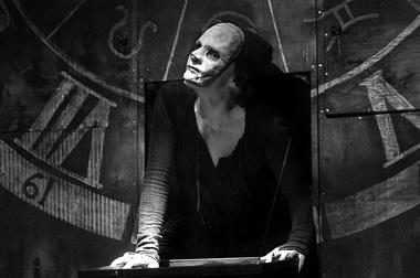 А. Ионова (Смерть-Чума). «Пир во время чумы». Театр «Потудань». Фото В. Постнова