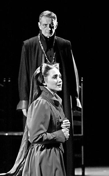 И. Патракова (Мария Стюарт), В. Ивченко (Берли). Фото С. Ионова