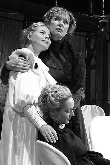 Е. Унтилова (Ольга), А. Геллер (Ирина), С. Строгова (Маша). Фото В. Архипова