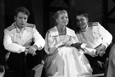 А. Строев (Тузенбах), А. Геллер (Ирина), Р. Нечаев (Соленый). Фото В. Архипова
