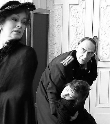 Л. Мельникова (Ольга), Ю. Лазарев (Вершинин), И. Перелыгина-Владимирова (Маша). Фото из архива театра