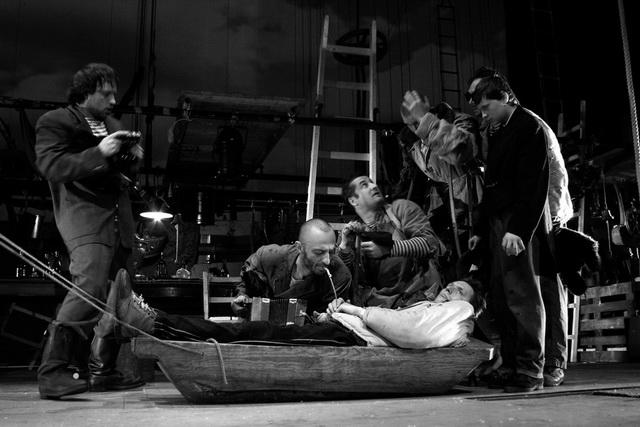 «Между собакой и волком». Сцена из спектакля. Формальный театр. Фото В. Луповского