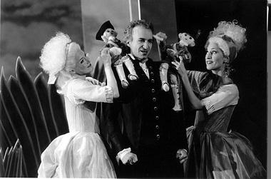 «Так поступают все». Сцены из спектакля. Komische oper. Фото из буклета к спектаклю