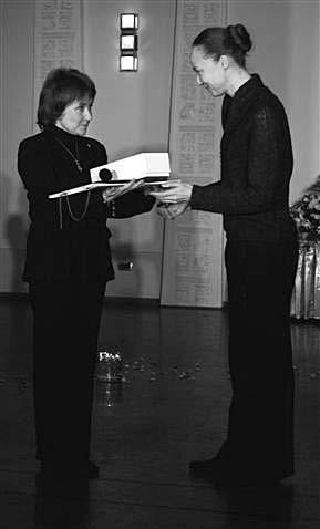 Член жюри Г.Тюнина вручает премиюим. Кугеля М.Дмитревской. Фото М. Гутермана