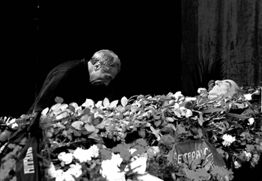 С. Юрский прощается с Г. Товстоноговым. 1989 г.