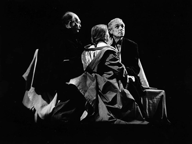 Сцена изспектакля «Перед заходом солнца»: В.Кузнецов, А. Куликова, К.Лавров
