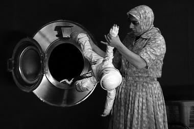 Р. Лепаж в спектакле «Обратная сторона Луны». Театр «Ex Machina» (Канада). Фото В. Луповского