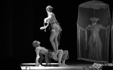 «Мотыльки». Сцена из спектакля. Фото из архива театра