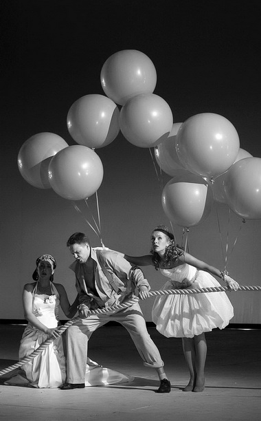 «Любовь к трем апельсинам». Сцена из спектакля. Фото Н. Разиной