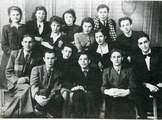 Актерский класс Н. Е. Серебрякова. Крайний справа во втором ряду - Аркадий Кацман. Фото из архива Петербургской Академии театрального искусства
